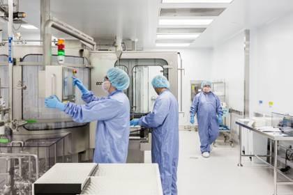 Técnicos de laboratorio operan una máquina para lavar viales vacíos de remdesivir, el fármaco utilizado para el tratamiento de COVID-19 en una instalación de Gilead Sciences en La Verne, California (Reuters)