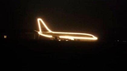 Vista del avión-motel de Quillota de noche