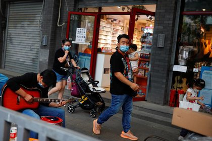 Foto ilustrativa de un grupo de personas en una calle de Beijing, el 23 de junio de 2020 (Reuters/ Thomas Peter)