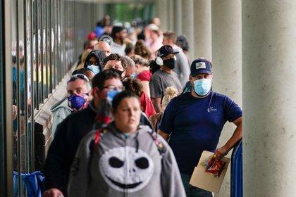Cientos de personas desempleadas en el Kentucky Career Center de Frankfort, Kentucky (Reuters/ Bryan Woolston)