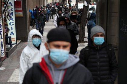 Otra larga fila de personas sin empleo por el brote de coronavirus en busca de asistencia, en Santiago, Chile (Reuters/Ivan Alvarado)