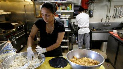 De acuerdo con Forbes, el motor de la economía estadounidense es una fuerza laboral joven, latina y educada (Foto: AP / Steven Senne)