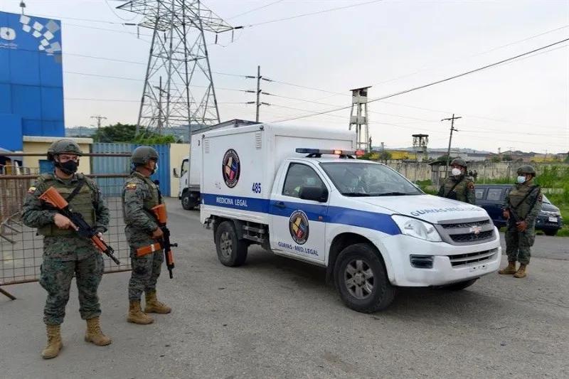 Un vehículo de Medicina Legal fue registrado este martes a su salida del Centro de Privación de Libertad Zonal 8, en Guayaquil (Ecuador), durante un amotinamiento. EFE/Marcos Pin