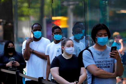 Unas personas hacen fila para ingresar a una tienda de Apple en Broadway, Nueva York, EEUU, el 19 de junio de 2020 (EFE/ EPA/ Peter Foley)