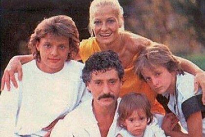 """Una de sus pocas fotos familiares públicas, donde aparece """"Luismi"""" junto a sus padres y hermanos (Foto: Archivo)"""