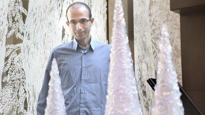 """""""Hoy es posible crear algoritmos que me entienden mejor de lo que yo me comprendo a mí mismo"""", alertó Harari. """"Pueden predecir mis elecciones y manipular mis deseos"""" (Nicolás Stulberg)"""