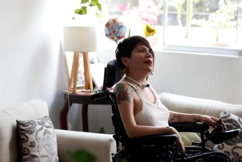 Ana Estrada, mujer que sufre de polimiositis, enfermedad degenerativa muscular durante una entrevista con Efe en su casa, en Lima (Perú). EFE/Paolo Aguilar/Archivo