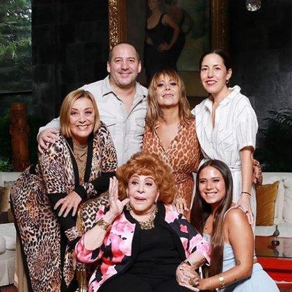 Silvia Pinal en compañía de sus hijos y dos de sus nietas el día de su cumpleaños (Foto: Instagram @silvia:pinal.h)