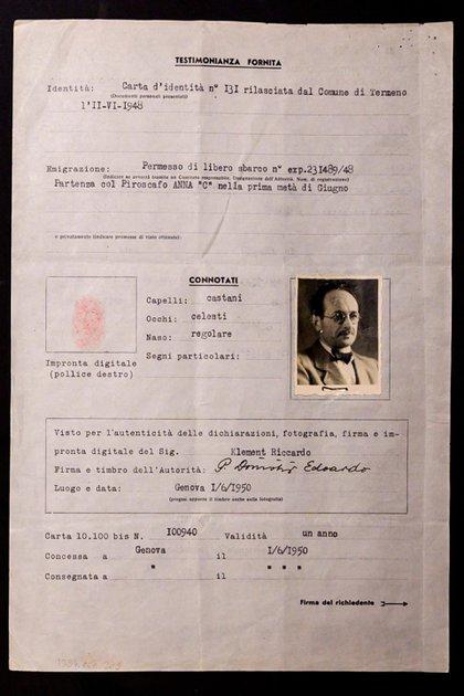 Foto del pasaporte falso de Adolf Eichmann