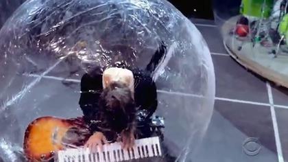 Los músicos dentro de burbujas