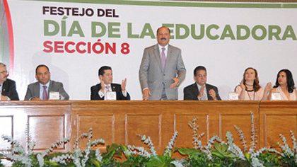 El gobernador asistió al evento para festejar el día de la educadora con la sección octava del SNTE (Foto: El devenir)