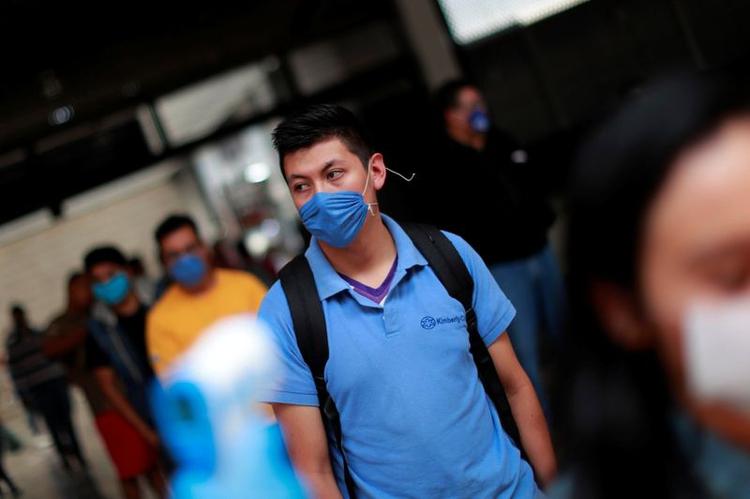 Millones de mexicanos se vieron obligados a cambiar sus hábitos sociales para combatir al COVID-19 (Foto: REUTERS / Carlos Jasso)