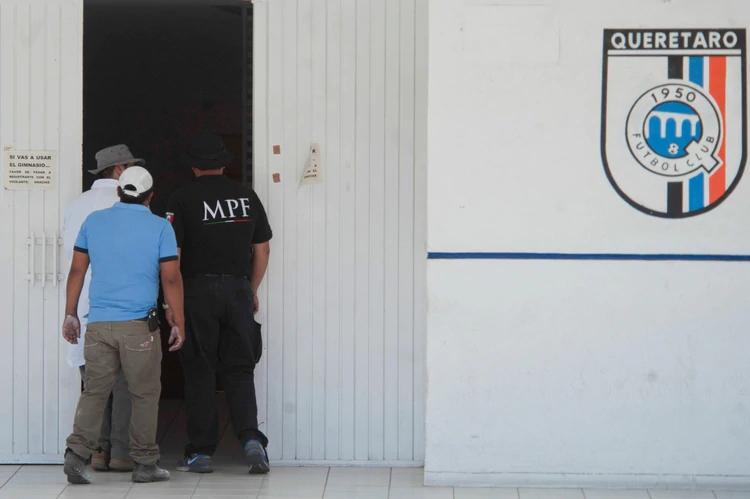 La Procuraduría General de la República (PGR) decretó la intervención de los equipos de futbol Gallos Blancos del Querétaro y Delfines de Ciudad del Carmen, propiedad de Amado Osuna Yañez, uno de los principales accionistas de la empresa Oceanografía (FOTO: Iván Méndez/Cuartoscuro)