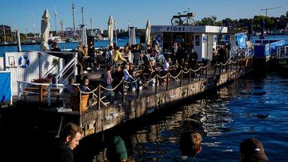 Ya sean trenes o tranvías, supermercados o centros comerciales -lugares donde las mascarillas son habituales en buena parte del mundo- los suecos viven su vida sin ellas (AFP)