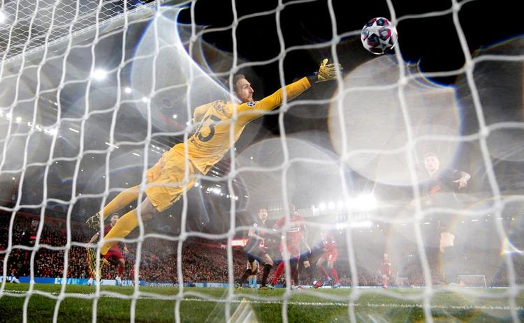 Jan Oblak no logra detener el cabezazo de Georginio Wijnaldum que derivó en el primer gol del Liverpool Foto: Reuters/Carl Recine