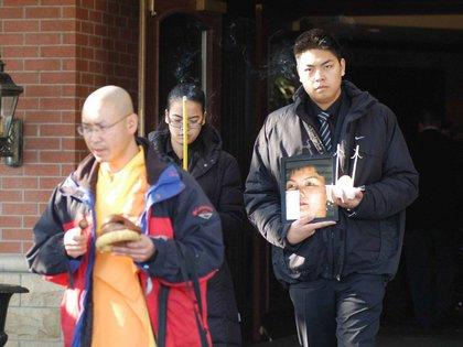 Jennifer Pann junto a su hermano saliendo del hospital donde estaba internado su padre en 2010. Foto: Court Exhibits