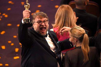 """Guillermo del Toro celebrando con su estatuilla el triunfo de """"The Shape of Water"""" en el Teatro Dolby de Los Angeles (Foto: Chris Pizzello/Invision/AP)"""