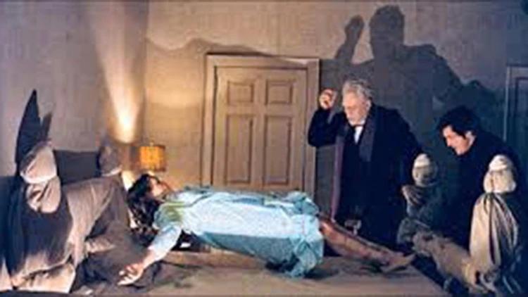 El Padre Merrin y el Padre Karras durante el exorcismo (Capturas de video)