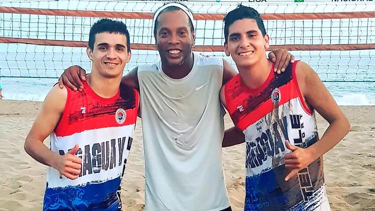 Fernando Lugo junto a su compañero de dupla de footvolly y Ronaldinho en las playas de Ipanema (@fernanditolugoo)