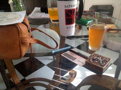 La mesa de vidrio con el pastillero y las líneas de cocaína. La fotografía fue tomada por Amber Heard