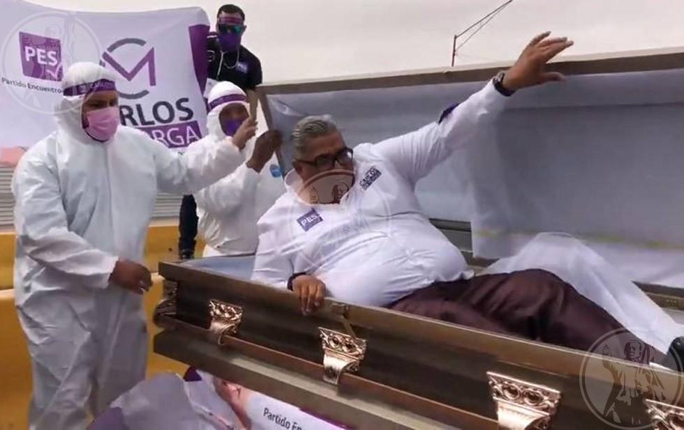 Video: Candidato arranca campaña desde un ataúd | El Diario